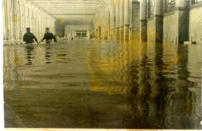 صورة قديمة لسيل الاربعاء المشهور ويظهر كمية المياة في المسعى