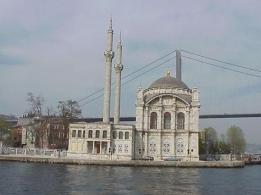 صورة للمسجد الذي بنيت قواعده في البحر